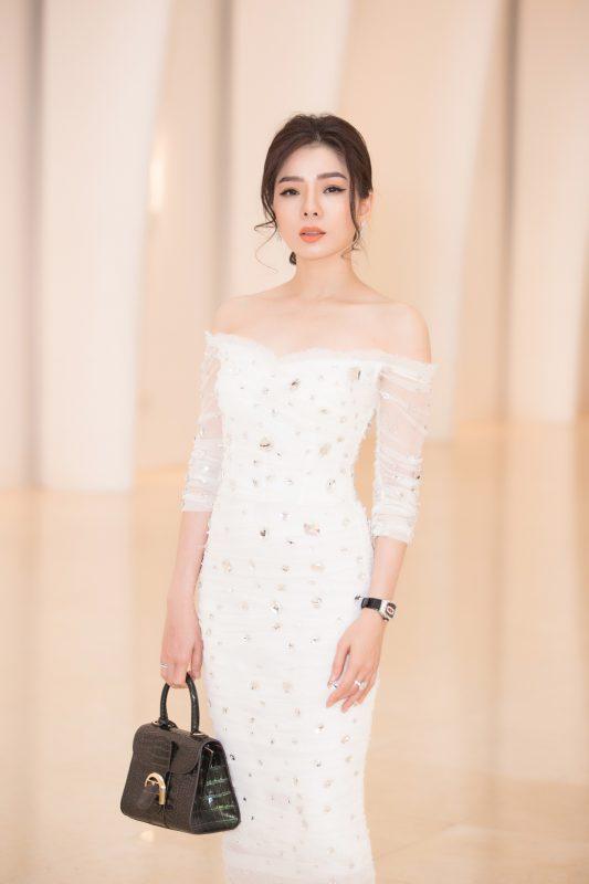 Ca sĩ Lệ Quyên cũng là khách mời trong sự kiện. Cô chọn chiếc váy trắng nền nã, kế hợp cùng trang sức và túi sách tiền tỷ.