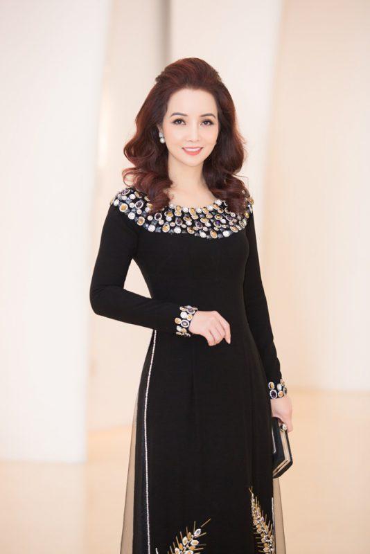 Cũng là khách mời trong sự kiện, Mai Thu Huyền một mình một phong cách với áo dài đen, tóc xoã bồng bềnh.