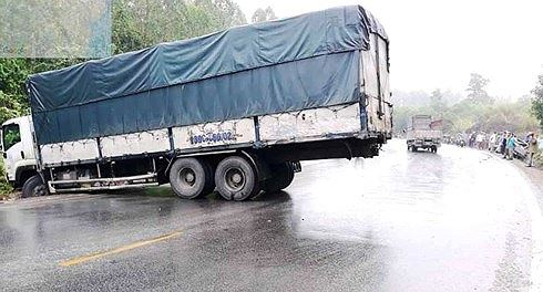 Chiếc xe tải quay ngang giữa quốc lộ