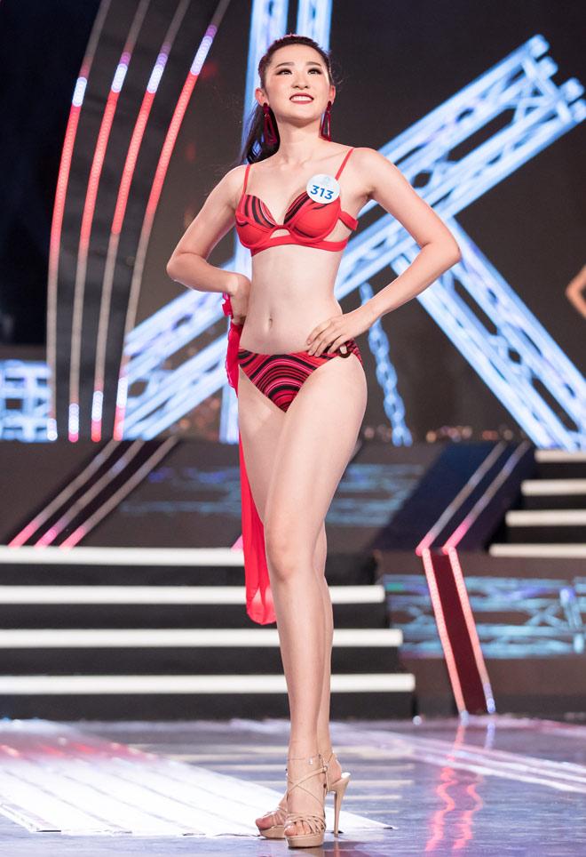 Hình ảnh Phan Cẩm Nhi trình diễn áo tắm trong đêm Chung khảo miền Bắc ngày 7.7.