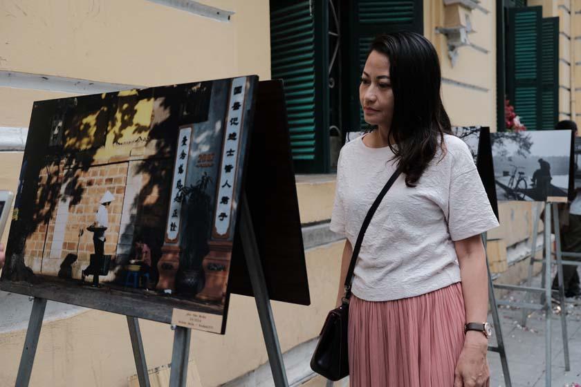 Triển lãm thu hút nhiều người yêu Hà Nội tham quan và ghi lại kỷ niệm - ảnh: MAI THƯƠNG NHẬT LINH