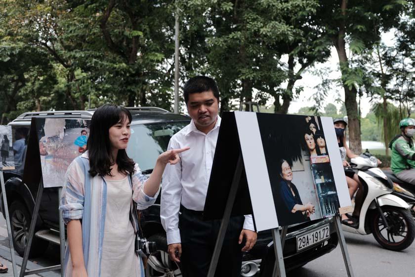 Người xem thích thú khi tham quan triển lãm - ảnh: MAI THƯƠNG