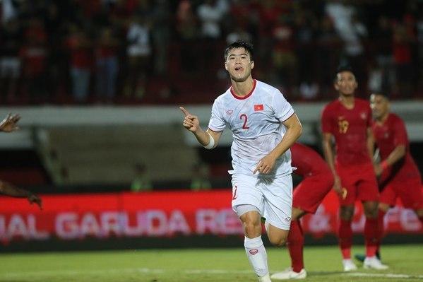 Duy Mạnh ghi bàn thắng đầu tiên của trận đấu.