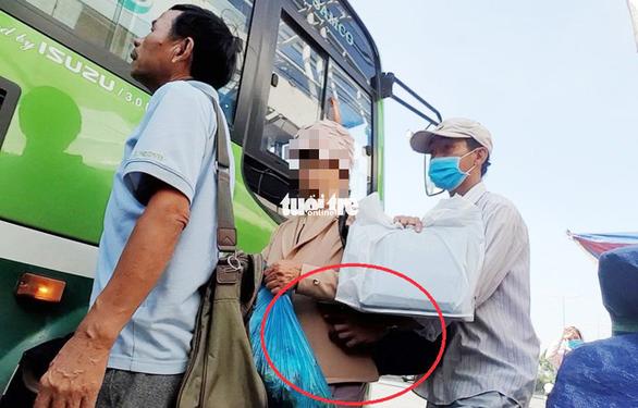 Nhân cùng đồng bọn dàn cảnh móc trộm điện thoại của bà cụ - Ảnh: MINH HÒA